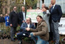 Lodewijk Hoekstra biedt petitie aan Tweede Kamer aan