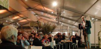 Klimaatdeskundige Reinier van den Berg spreekt bezoekers van de vakbeurs GrootGroenPlus toe