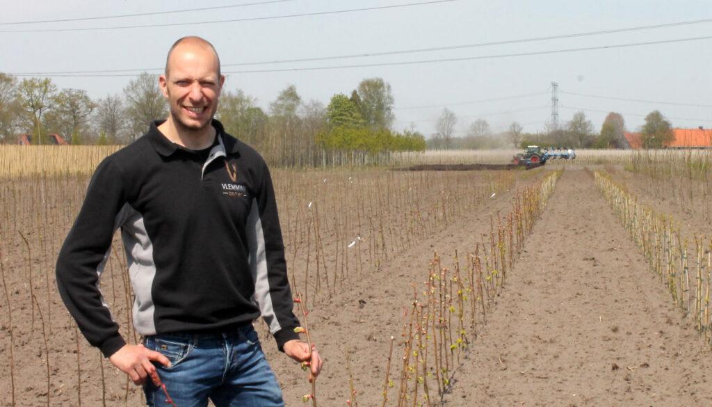 Spillenkweker Joost Vlemminx bij jonge spillen op zijn kwekerij.